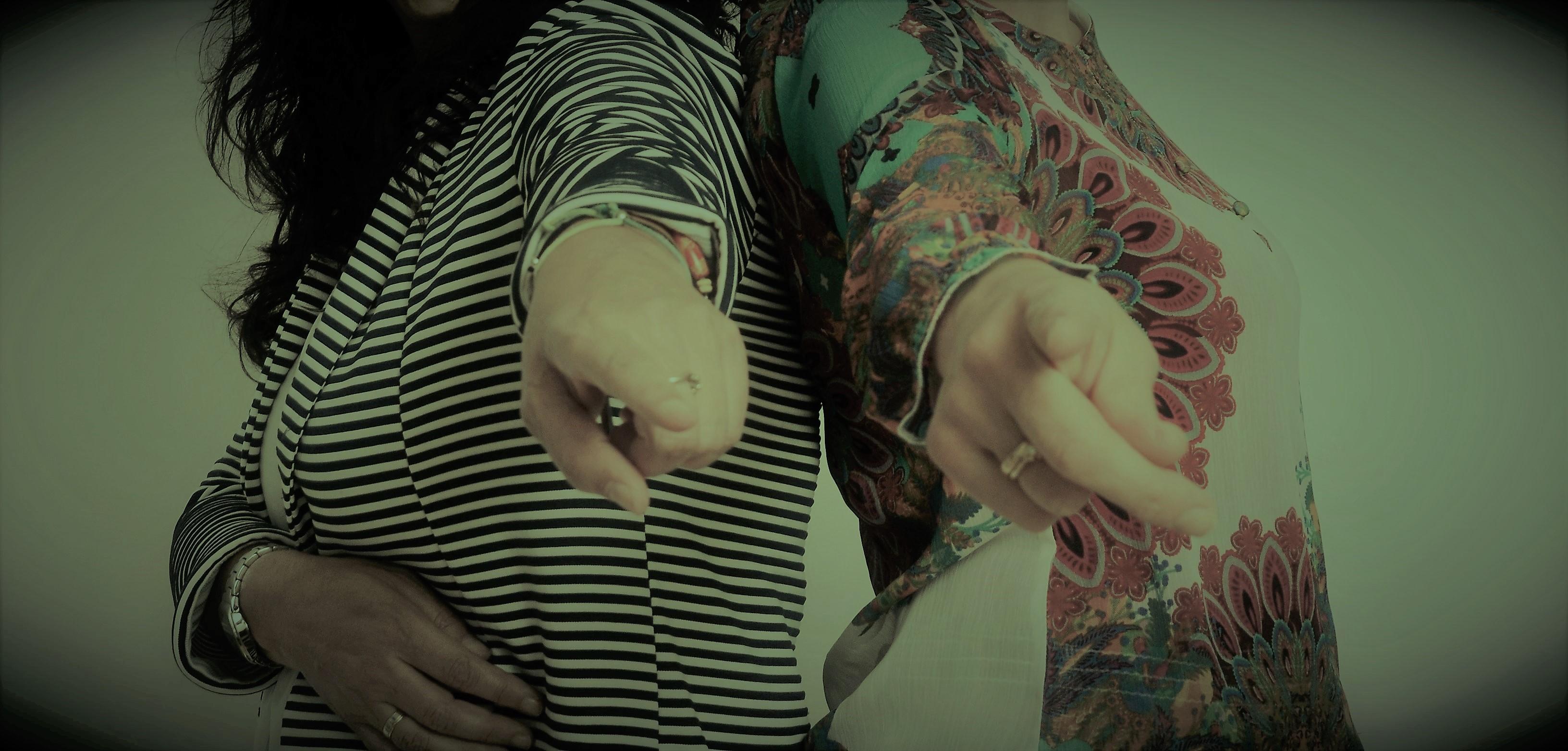 manos de Tere y cecilia